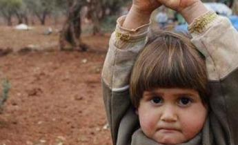 bambina alza mani